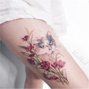Gatito entre las flores