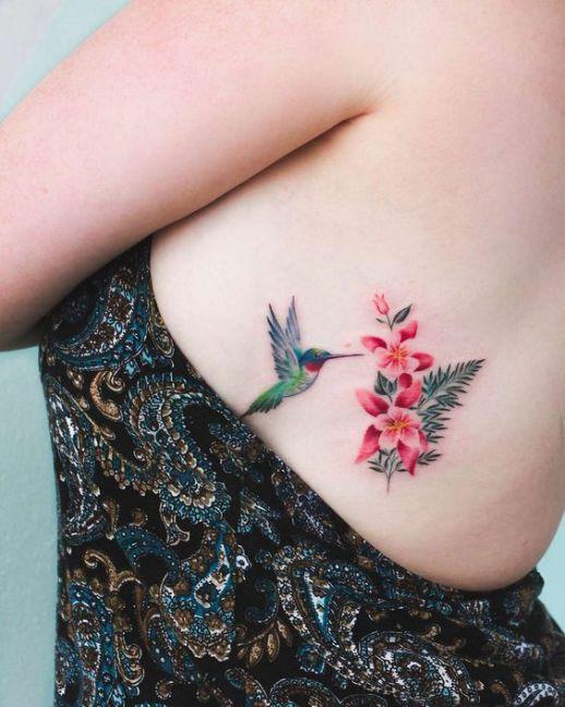 Colibrí picando flores
