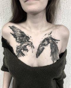 Cuervos revoloteando