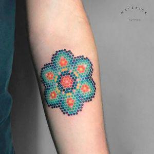 Flor pixelada por Maverick Tattoo Parlour
