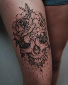 Calavera y flores por Sashatattooing