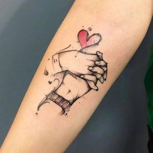 Manos estrechadas y corazón