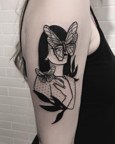 Mariposas en una silueta de mujer