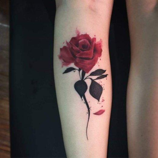 Flor rosa roja con pétalos caídos