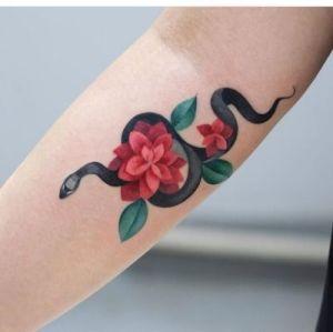 Serpiente enroscada en flores
