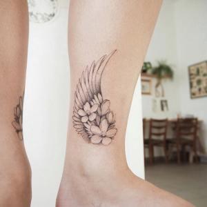 Ala con flores por Darylis Tattoo