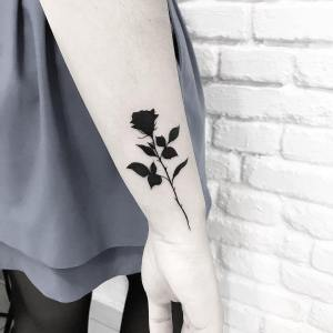 Rosa negra por Terryemi Tattoo