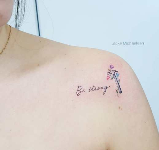 Frase: Be strong y flores por Jacke Michaelsen