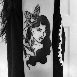 Mujer cabello negro con mariposa