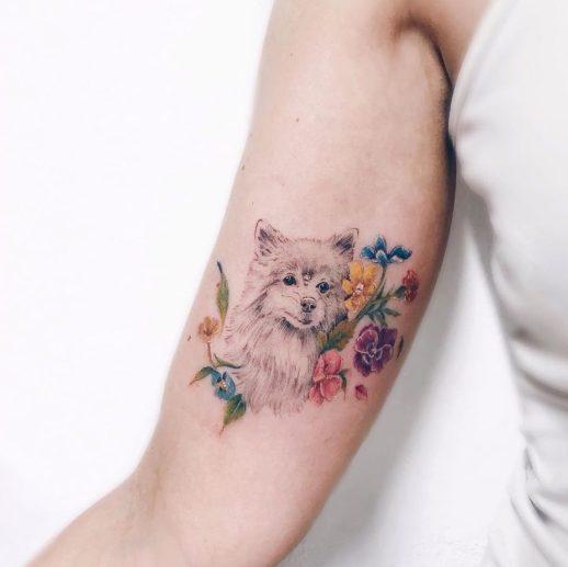 Perro entre flores por Luiza Oliveira