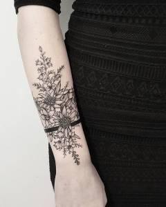 Flores y línea negra en media manga por Terryemi Tattoo