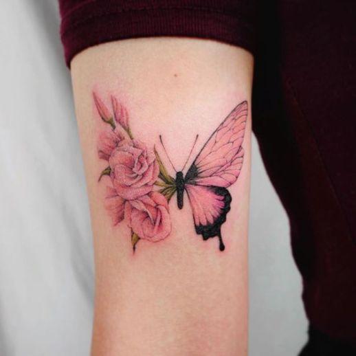 Mariposa con flores rosas