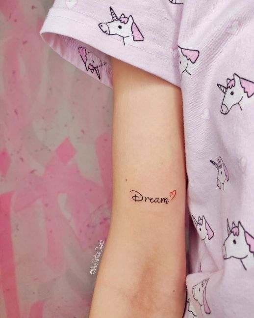Frase: Dream y corazón por Vivo Tattoo Studio