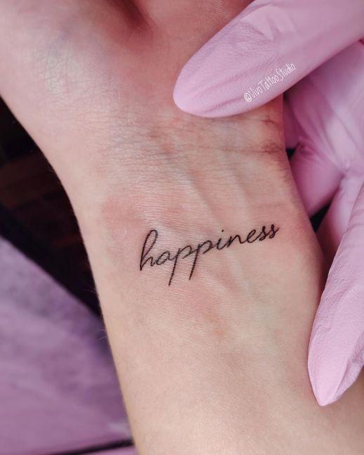 Frase: Happiness por Vivo Tattoo Studio