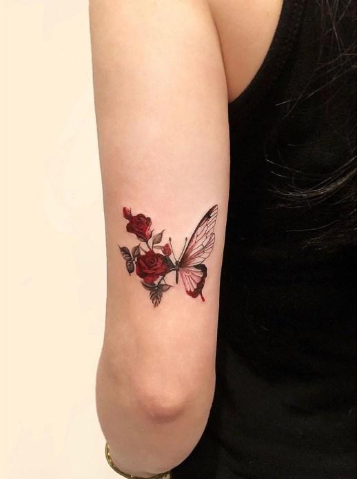 Mariposa en plena metamorfosis a rosas por Dahong Muse
