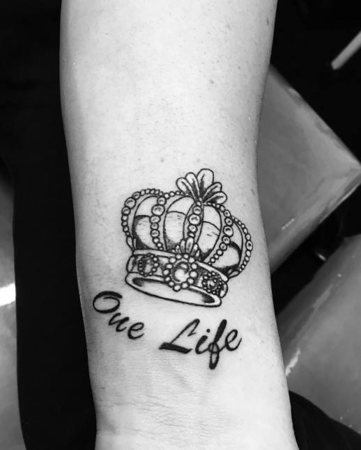 Corona y Frase: One life por Buenos Aires Tattoo