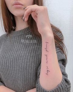 Frase: trust your vibes por Risha Tattoo