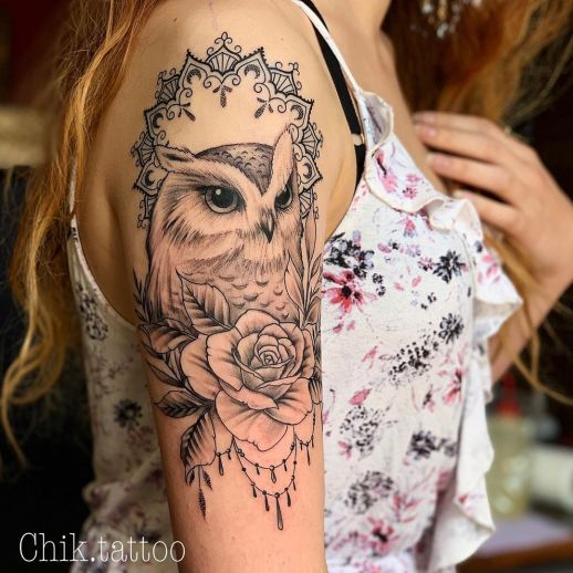 Búho y flor rosa por Steve Savard, Chik Tattoo