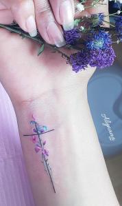 Cruz y flores por Alynana Tattoos