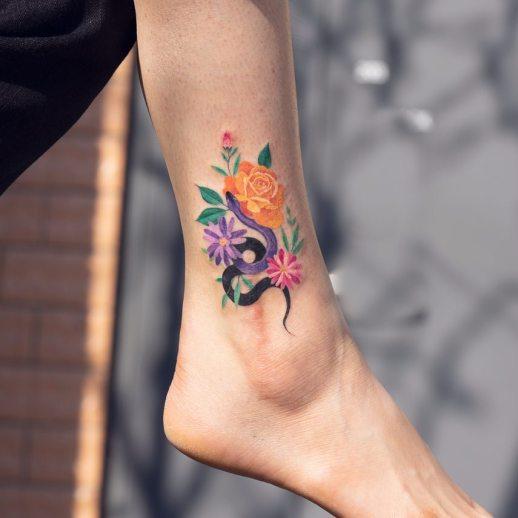 Serpiente y flores silvestres por Zihee Tattoo
