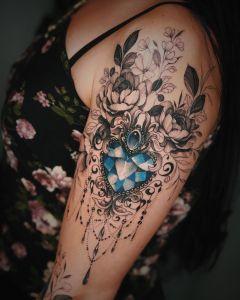 Diamante azul y flores por Valery Tattoo