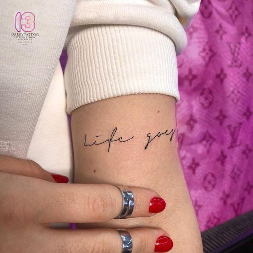 Frase: Life goes por Risha Tattoo