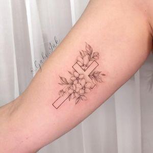 Cruz y flores por Gabi Ink