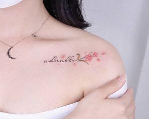 Frase: Adorable y Flores por Peria Tattoo