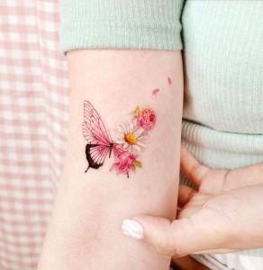 Metamorfosis Mariposa a flores silvestres por Studio by Sol, Song E. Tattoo