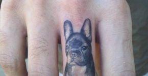 Tatuaje perro en dedo