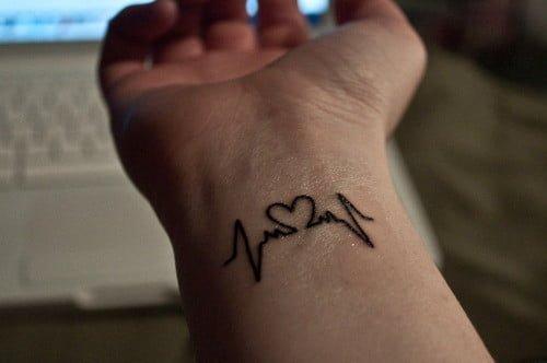 tatuaje corazon y pulso