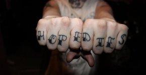 tatuaje en los nudillos