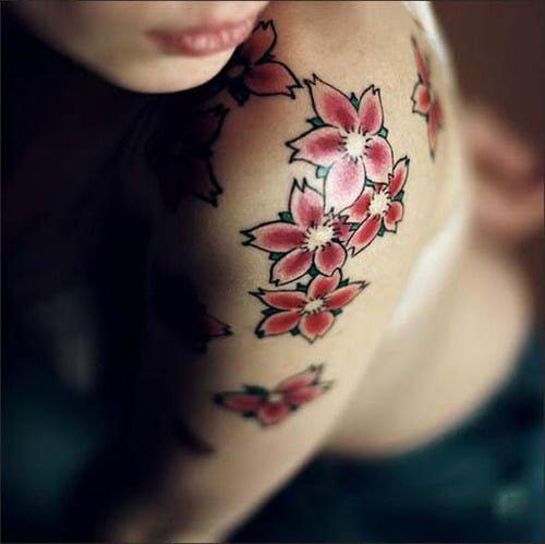 tattoo en el hombro de flores