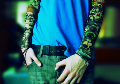 joven tatuado