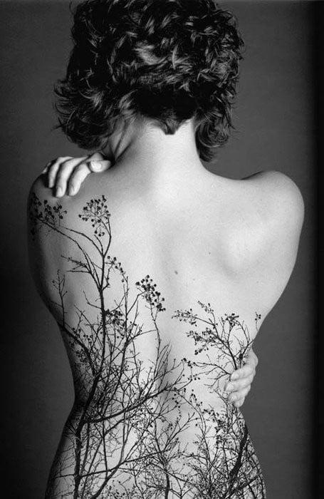 tatuaje arbol en espalda