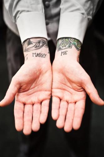 Tatuaje de amor en muñecas