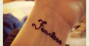 """Tatuaje """"Fearless"""" en muñeca"""