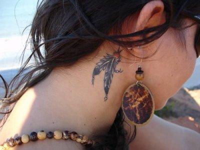 Tatuaje de plumas para mujer