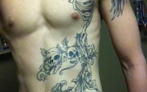 Tatuaje esqueletos abdomen