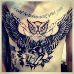 Buho tatuado en el pecho