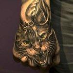 Tatuaje gato en el puño