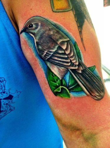 Tatuaje de pájaro colorido