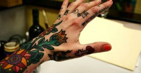 tatuaje de rosa en la mano