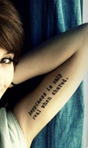 Frase tatuada en el brazo