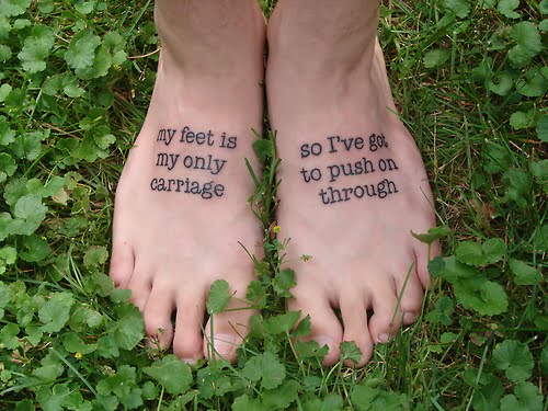 tatuajes frases en los pies