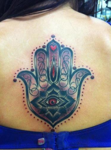 Hamsa tatuaje en espalda