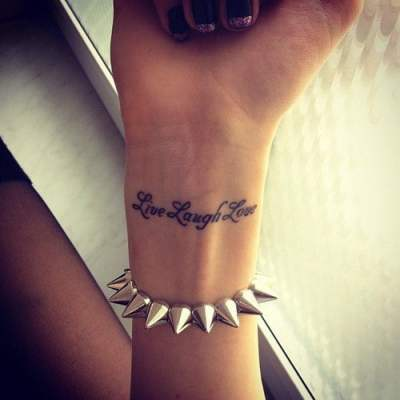 Tatuaje frase en la muñeca