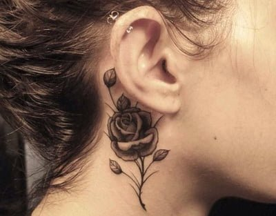 Tatuaje De Rosa En El Cuello