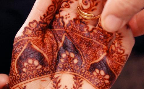 Tatuaje de henna en la mano