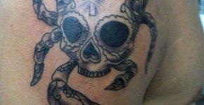 Tatuaje cangrejo en hombro